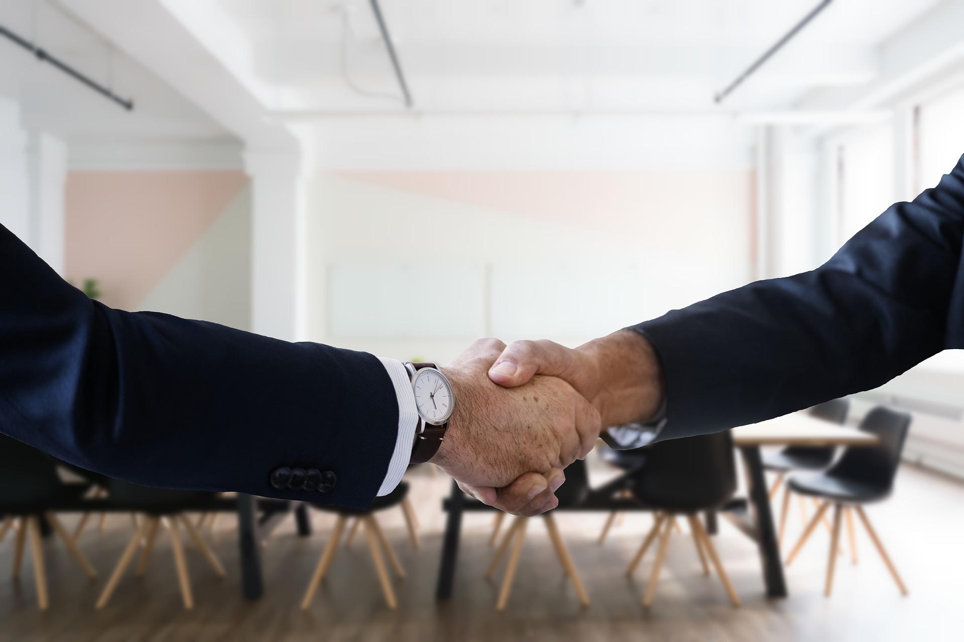 stretta di mano prima del colloquio di lavoro